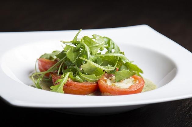 Salată de rucola şi roşii umplute