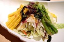 Salată cu porumb, sparanghel şi sfeclă roşie