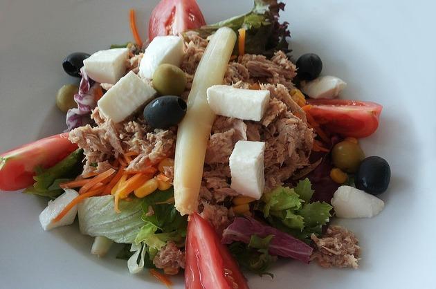 Salată cu ton, brânză şi legume
