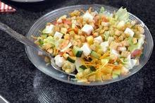 Salată simplă cu brânză şi crutoane