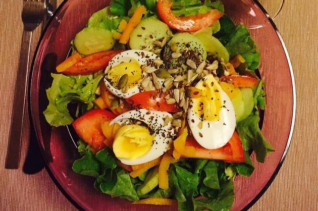 Salată cu ouă, legume şi seminţe
