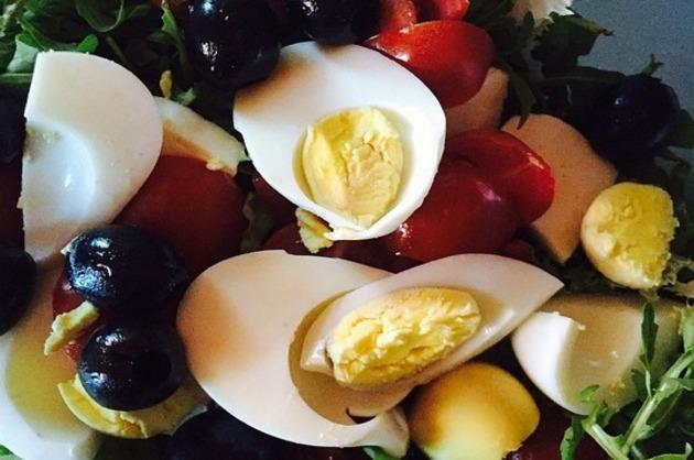 Salată cu ouă şi măsline