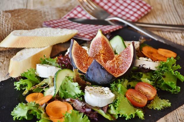Salată cu smochine, brânză şi legume