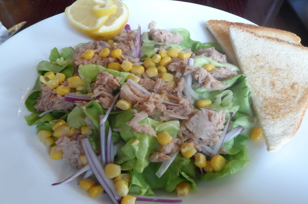 Salată cu ton şi porumb