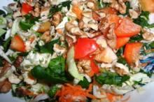 Salată cu nuci şi legume