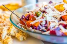 Salată colorată cu pui, legume şi caşcaval