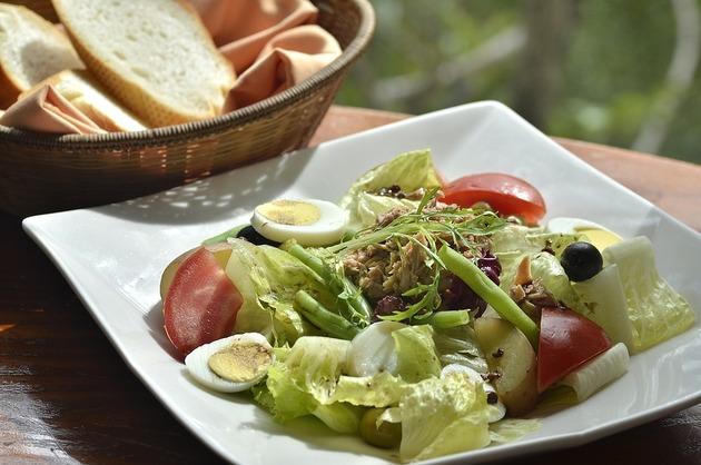 Salată de cartofi, ouă şi ton