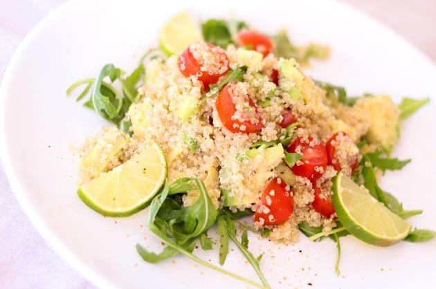 Quinoa cu roşii şi avocado