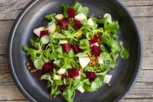 Salată cu linte, sfeclă roşie şi pere