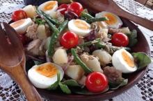 Salată cu ton, ouă şi fasole verde