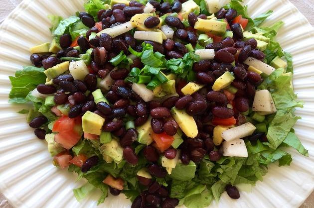 Salată cu fasole roşie şi avocado