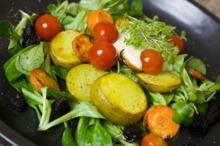 Salată cu cartofi, morcovi, prune şi smochine