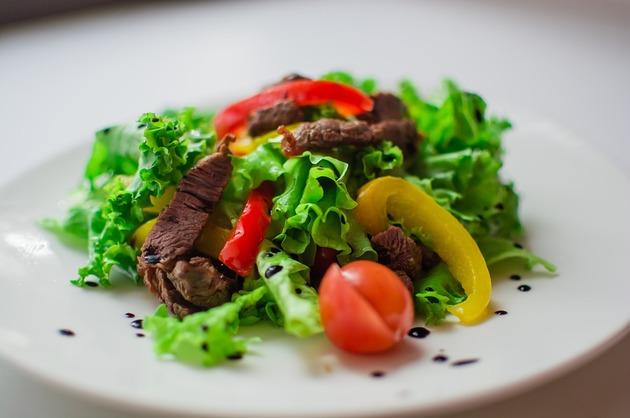 Salată cu muşchi de vită şi legume