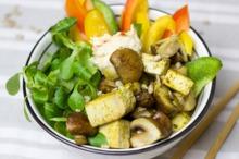 Salată cu spanac, ciuperci şi brânză