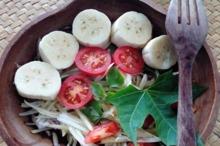 Salată cu varză, banană şi roşii