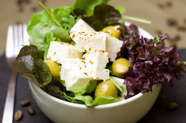 Salată cu brânză de oaie, măsline şi legume cu frunze verzi