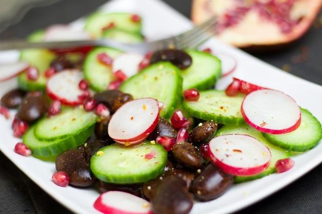 Salată cu ridichi, rodie şi fasole neagră