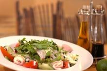 Salată cu legume şi rulouri din şuncă de Praga