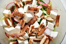 Salată cu pui și iaurt