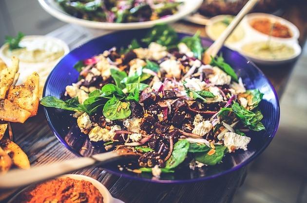 Salată cu sfeclă roşie, pui şi rodie