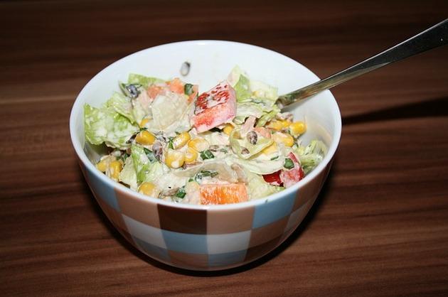 Salată cu somon şi legume