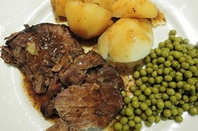 Friptură de vită cu cartofi şi mazăre