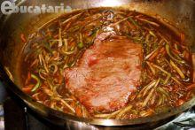 Cotlet de mânzat cu sos de ceapă, legume și cartofi