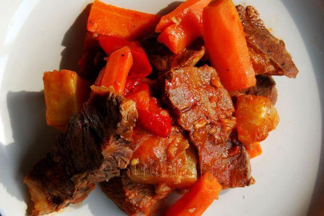 Rasol cu legume și sos roșu