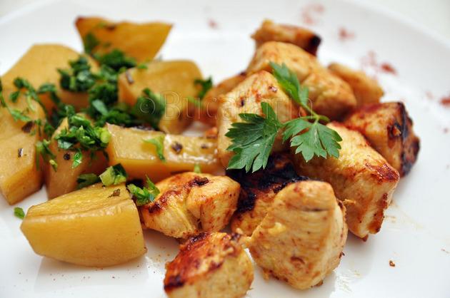 Pui dijonnaise și cartofi cu salvie