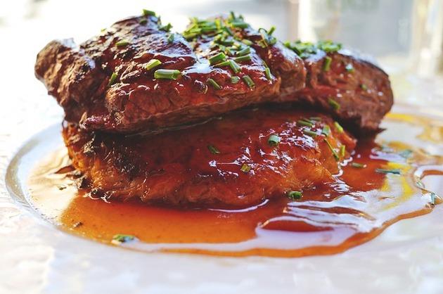 Carne de vită în sos roşu