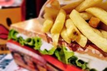 Mai multe ambalaje de fast-food conțin substanțe potențial nocive pentru sănătate (studiu)