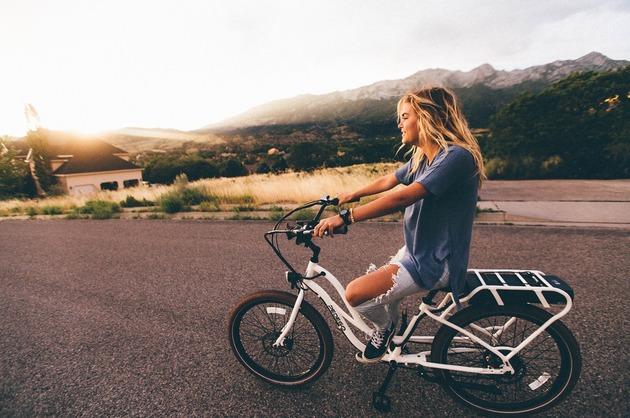 Adolescenții și tinerii au un nivel de activitate fizică asemănător cu cel al persoanelor de 60 de ani (studiu)