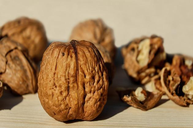 Consumul regulat de fructe cu coajă lemnoasă reduce riscul cardiovascular (studiu)