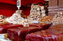REȚETE VECHI DE 100 DE ANI: Carne de pui în aspic și Salam de ciocolată