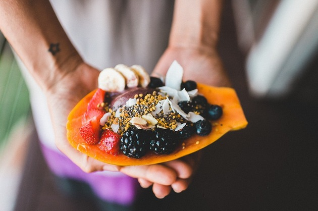 Desert cu fistic şi fructe
