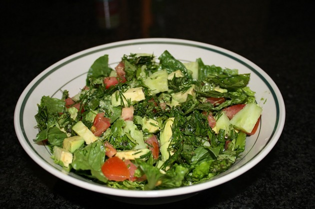 Salată cu roşii, avocado şi legume verzi