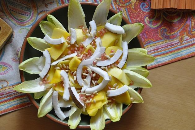 Salată cu andive, mango şi cocos