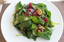 Salată cu sfecla roşie, nuci şi spanac