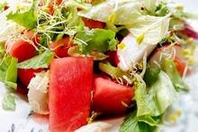 Salată cu pepene roşu, ridichi şi nuci