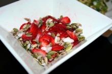 Salată cu seminţe, ulei de cocos şi căpşuni