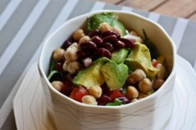 Salată cu năut, fasole roşie şi avocado