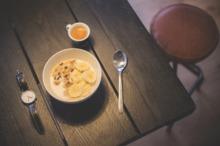 Mic dejun cu banană, muesli şi suc de portocale