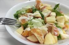 Salată de fructe cu sos de cocos
