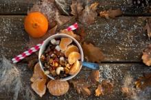 Gustare delicioasă cu nuci, fructe uscate şi mandarine
