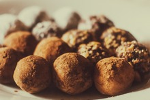 Bomboane raw cu nuci şi cacao