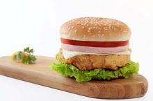 Reclamele la junk-food: cum îi influenţează pe copii şi adulţi