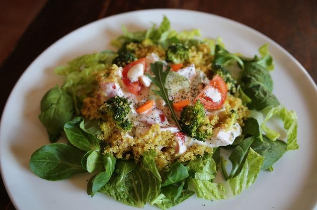 Salată cu quinoa şi broccoli