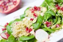 Salată cu quinoa, seminţe de rodie şi ridichi