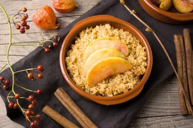 Quinoa cu scorţişoară, mere şi nuci